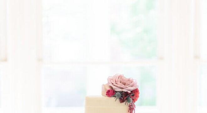 bolo de casamento branco decorado com rosas