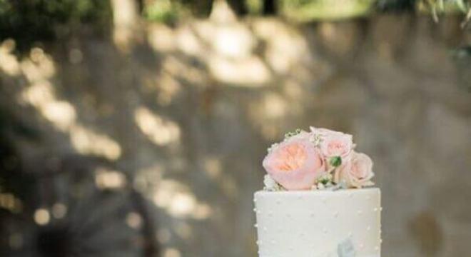 bolo de casamento branco tradicional decorado com rosas