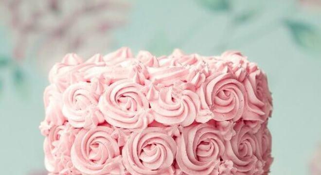 bolo de casamento com chantilly cor de rosa