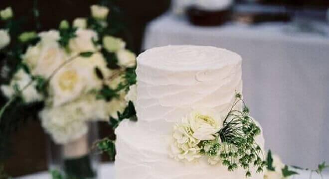 bolo de casamento com chantilly decorado com rosas brancas