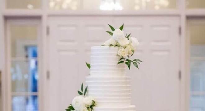 bolo de casamento com flores brancas