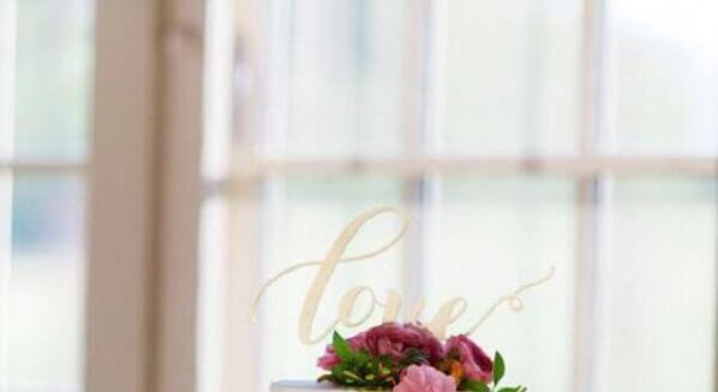 bolo de casamento com flores cor de rosa