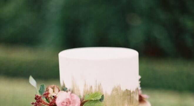 bolo de casamento com flores e acabamento moderno