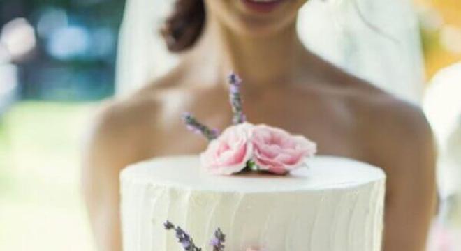 bolo de casamento simples decorado com flores
