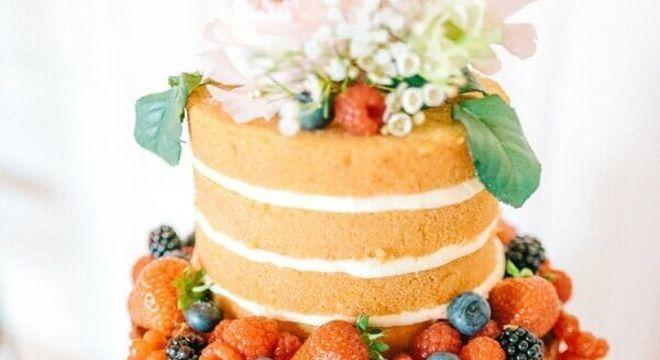 bolo de casamento simples decorado com flores e frutas