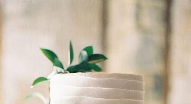 bolo de casamento simples decorado com folhagem