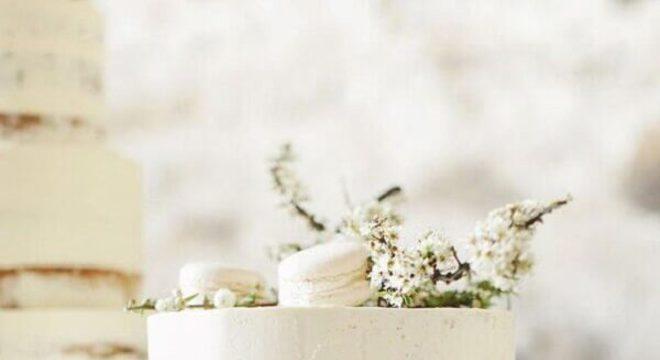 bolo de casamento simples decorado com macaron