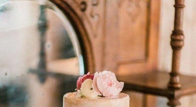 bolo de casamento simples dois andares decorado com rosas