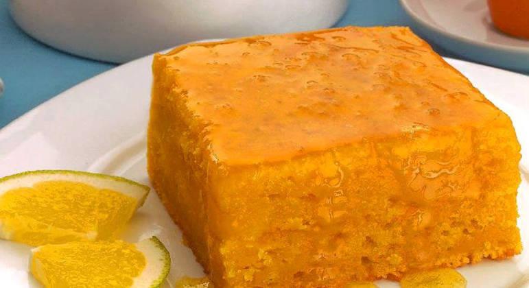 bolo de cenoura com calda de laranja