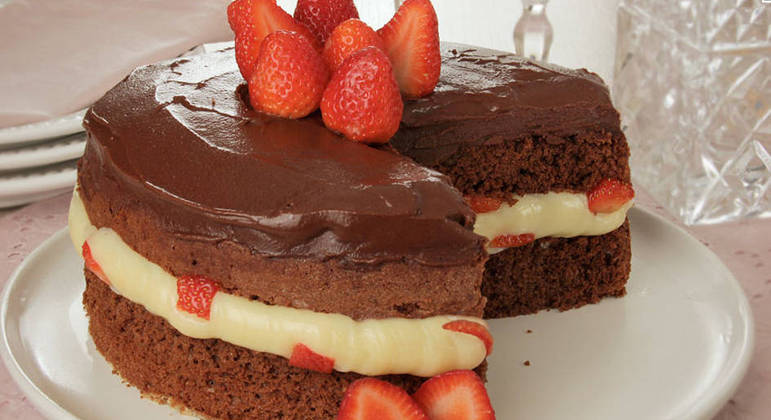 Bolo de chocolate com brigadeiro branco e morango