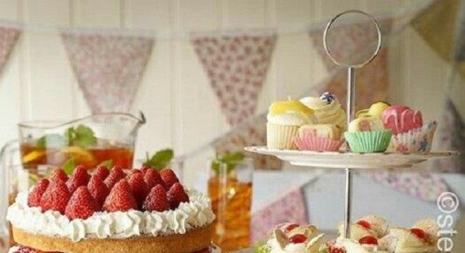 bolo e doces decorados para mesa de guloseimas
