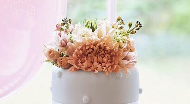bolo fake de casamento com flores no topo