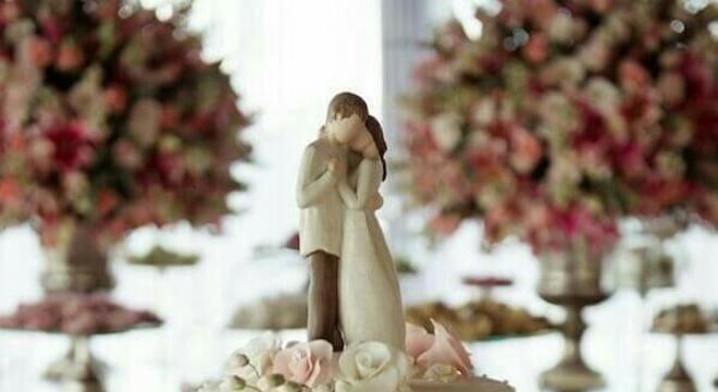 bolo fake de casamento decorado com flores e topo tradicional