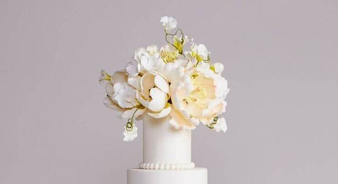 bolo fake de casamento rosa e branco