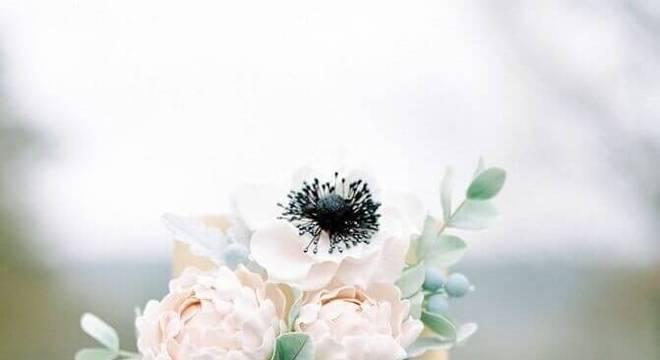 bolo simples de casamento com chantilly e flores