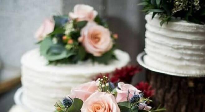bolo simples de casamento com flores