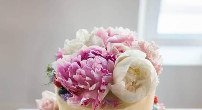 bolo simples de casamento decorado com flores