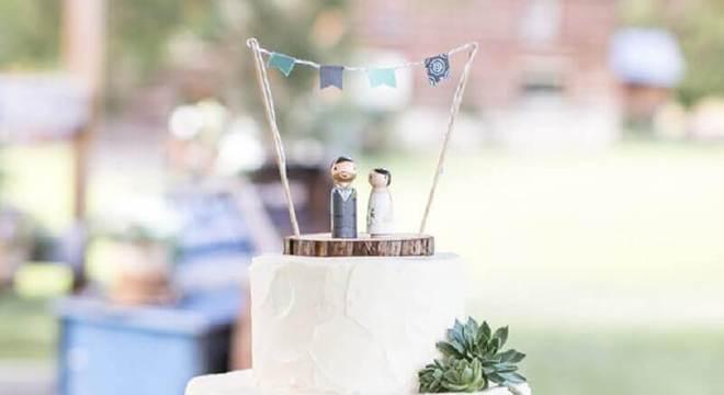 bolo simples de casamento decorado com suculenta