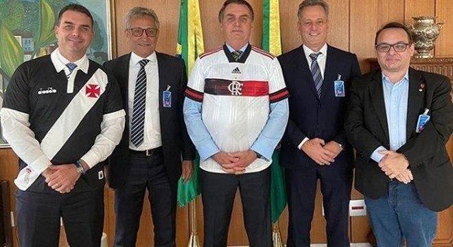 Bolsonaro e os presidentes do Flamengo e do Vasco. Ele quer a volta do futebol