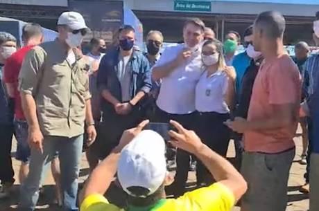 Bolsonaro cumprimentou e abraçou dezenas de pessoas