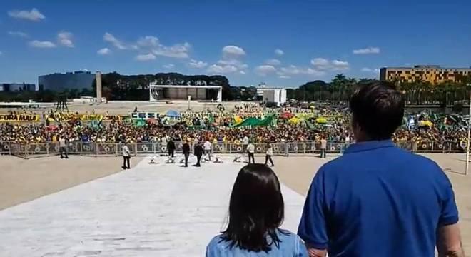 Bolsonaro assiste a ato de apoio ao governo em frente ao Palácio do Planalto
