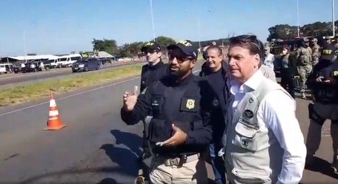 Bolsonaro parou em rodovia federal, onde tirou fotos e conversou com agentes da PRF