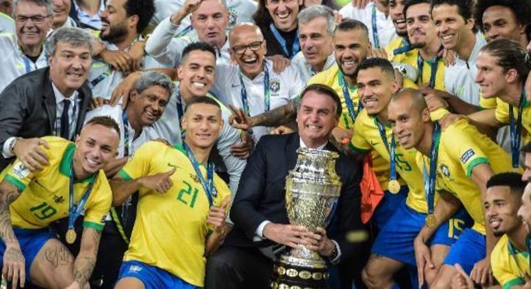 Na conquista da Copa América de 2019, Bolsonaro posa com jogadores. Sem Tite