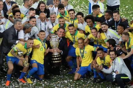 Bolsonaro posou com os jogadores ao lado da taça