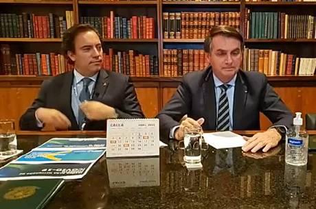 Bolsonaro fez live ao lado do presidente da Caixa