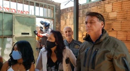 Bolsonaro visitou mulheres venezuelanas neste sábado (10)