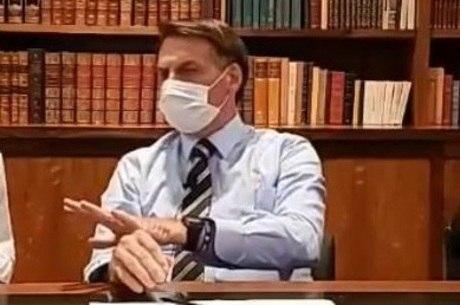 Bolsonaro usou máscara em 'live' semanal
