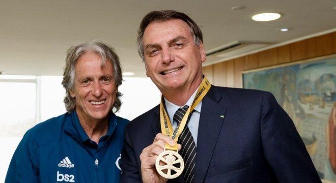 Bolsonaro recebeu a medalha da Supercopa do Brasil. Proximidade com o Flamengo