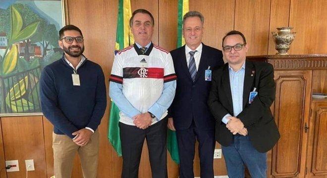 Bolsonaro vestiu camisa do novo uniforme do Flamengo. Quer times em Brasília