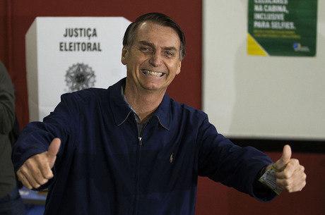 """""""38 é mais fácil de gravar"""", avalia Bolsonaro"""