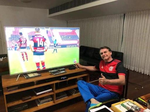 Bolsonaro assistindo a final do Carioca. Globo derrotada