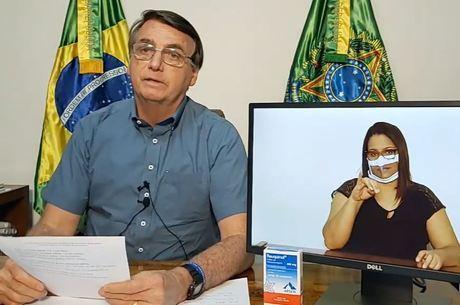 Bolsonaro fez a live ao lado da caixa de cloroquina