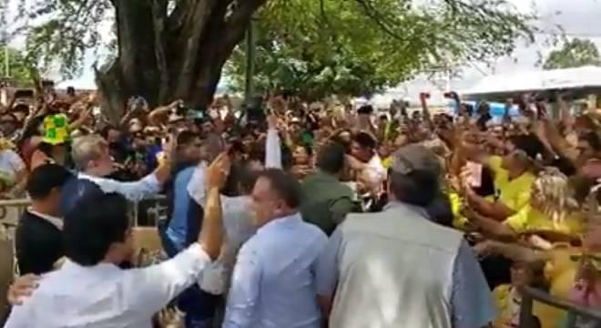 """Bolsonaro ouve gritos de """"mito"""" e carrega criança na chegada a São Luís"""
