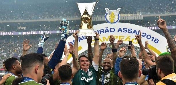 Bolsonaro, em 2018, ele levantou a taça de Palmeiras campeão do Brasil