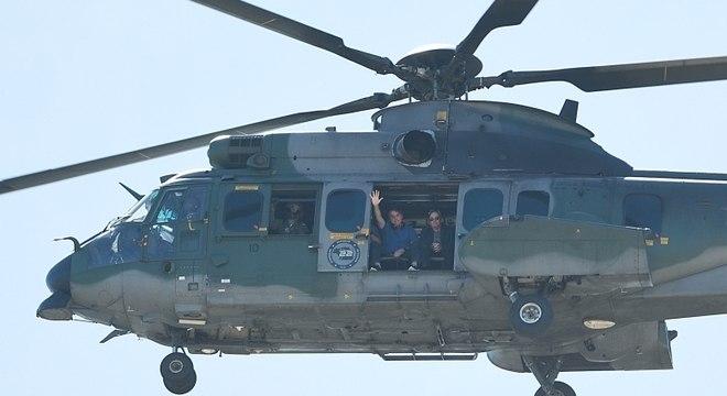 Jair Bolsonaro acena para apoiadores durante sobrevoo de helicóptero