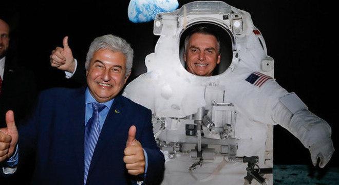 Presidente Jair Bolsonaro posa para fotos ao lado do ministro Marcos Pontes
