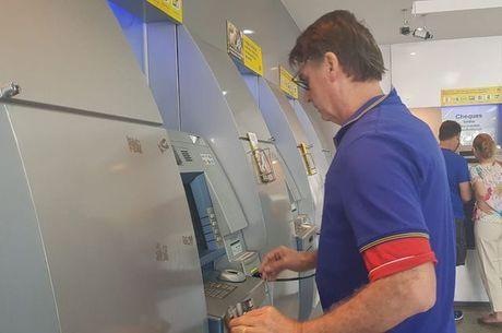 Bolsonaro foi até uma agência bancária no domingo