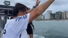 Bolsonaro mergulha no mar no meio de banhistas em Praia Grande