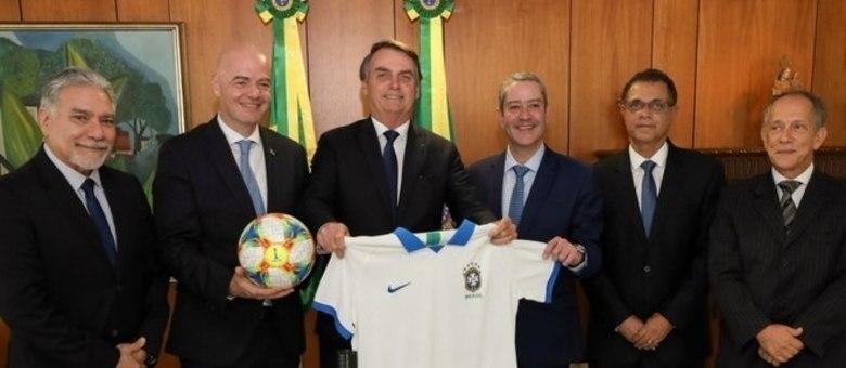 Bolsonaro recebeu dos dirigentes da CBF a nova camisa da seleção brasileira