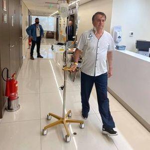 Bolsonaro caminha em hospital