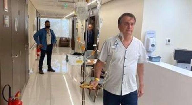 Bolsonaro durante caminhada em corredor do hospital na tarde desta sexta-feira (16)