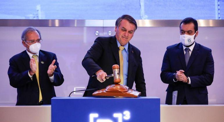 Ministro Guedes, presidente Bolsonaro e governador Cláudio Castro durante leilão da Cedae