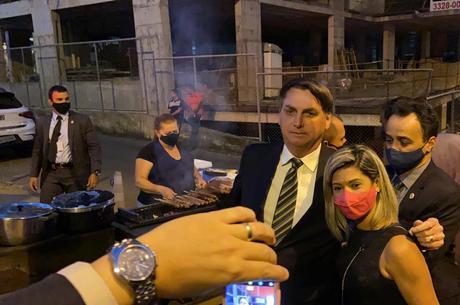 Bolsonaro tira foto com apoiadora em Brasília