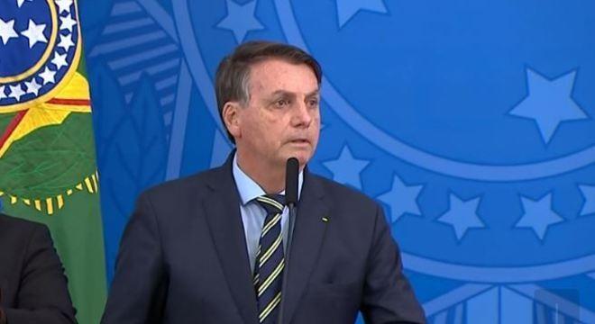 Para Bolsonaro, prefeitos e governadores não achataram a curva de contágio
