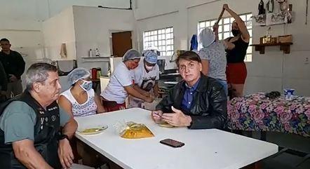 Bolsonaro, ao lado de Braga Netto, em cozinha do DF