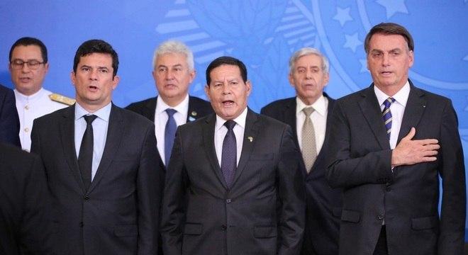 Moro, Pontes, Mourão, Heleno e Bolsonaro, durante assinatura de decreto